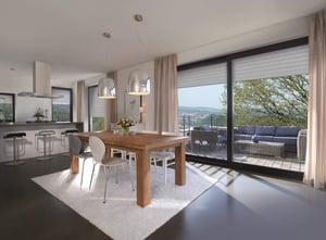 Wohnzimmer mit Rollladen